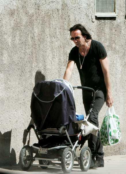 Rikard Wolff har en dotter med Jonas Gardells syster Stina Gardell.