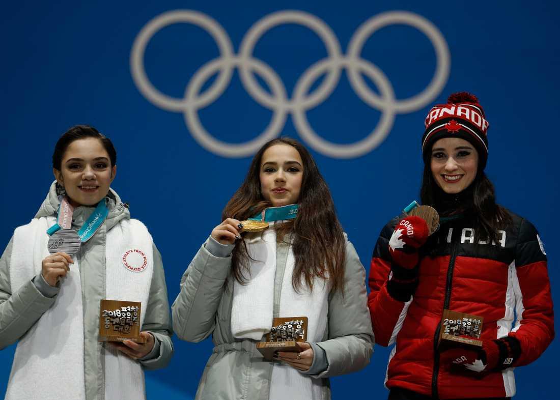 Jevgenija Medvedeva till vänster, tog silver bakom träningskompisen Alina Zagitova.