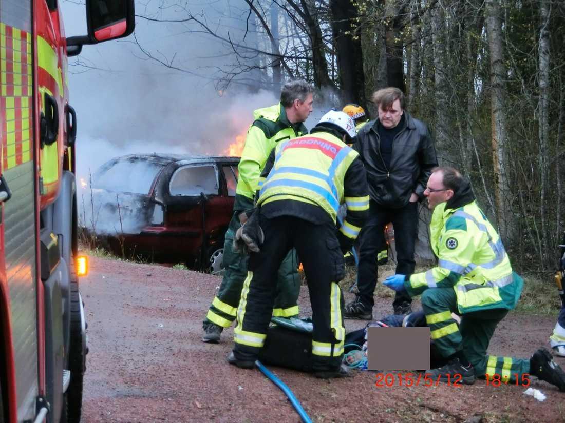 Göran Bladh pratar med brandmännen.