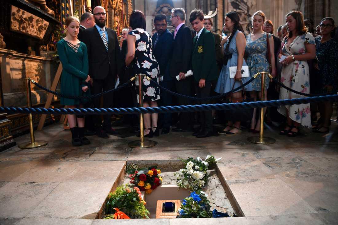 Stephen Hawking har förts till sista vilan i Westminster Abbey i London.
