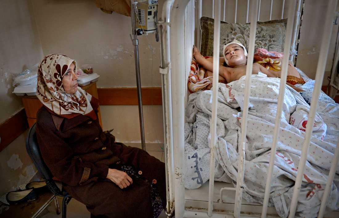 3-årige Rimas behandlas på al-Shifa-sjukhuset.