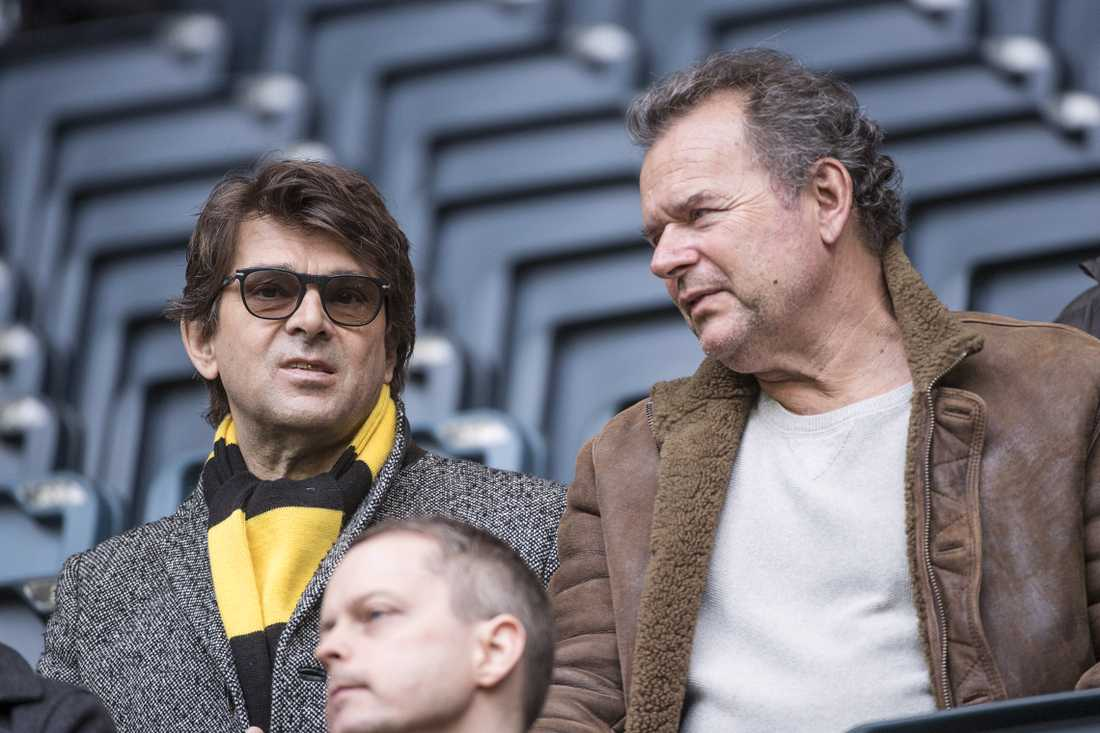 Niklas Strömstedt och Steffo Törnqvist på läktaren under en AIK-match 2017.