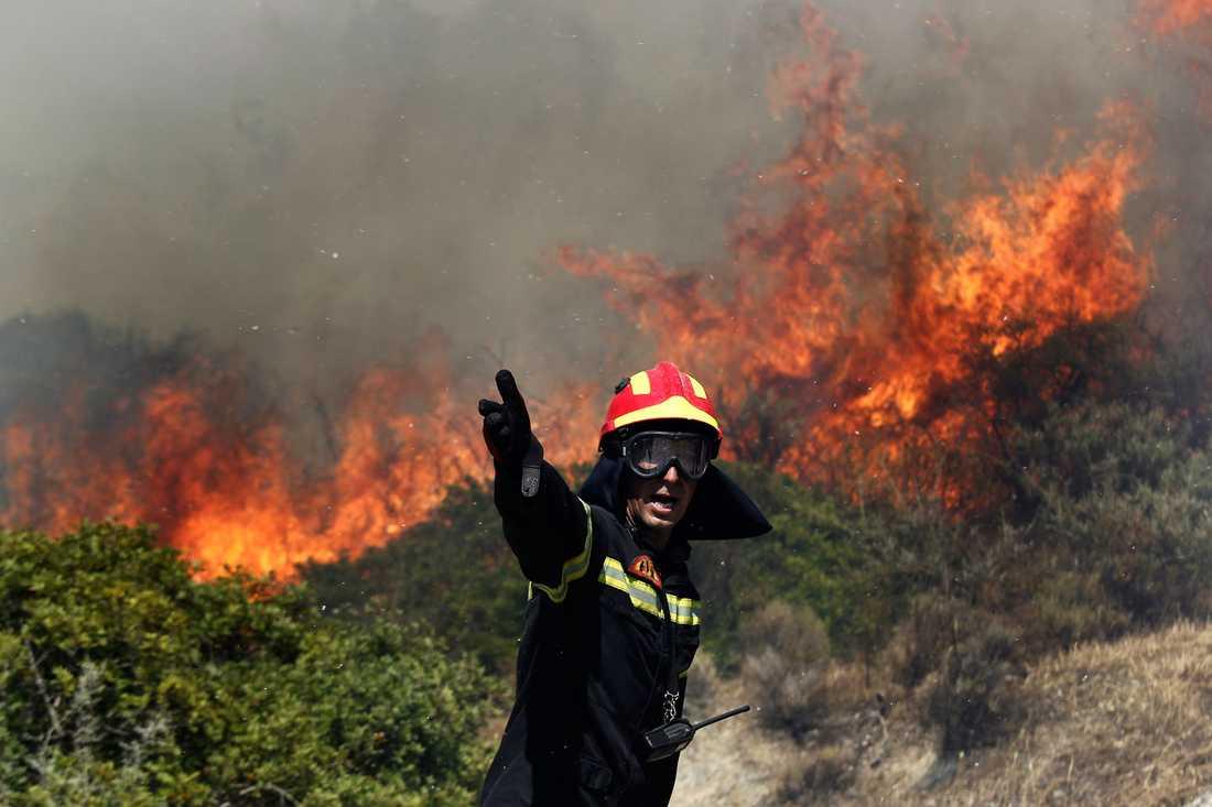 En brandman vid lågorna.