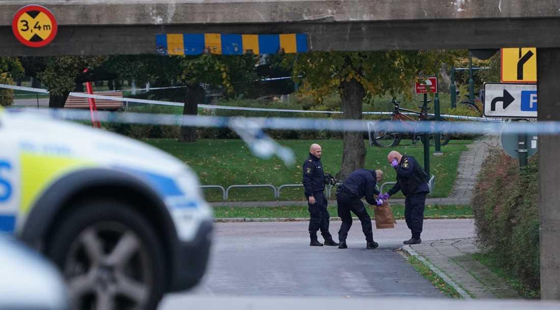 Ett område vid Rosengårds centrum spärrades av efter larm om ett misstänkt föremål. Senare på kvällen dök det upp ett till.