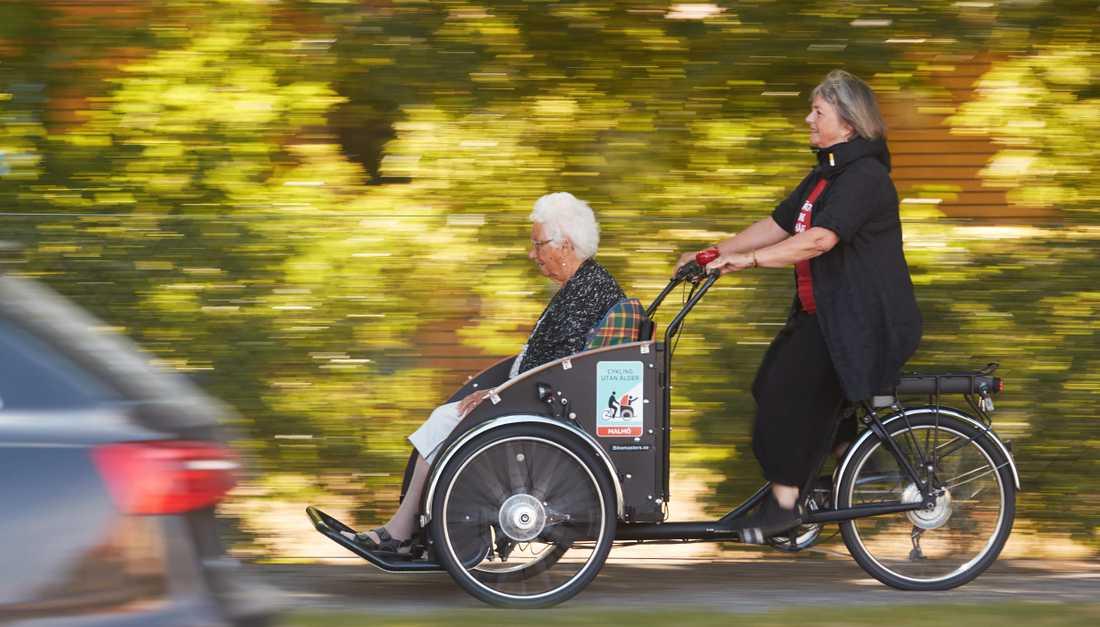 Malmö har sedan tidigare föreningen Cykla utan ålder, en ideell förening där frivilliga cykelpiloter i  samarbete med stadens äldreboenden ser till att äldre som vill får en åktur. Elin Carlsson skjutsas av Bodil Sonesson, cykelpilot.  Nu välkomnar kommunen både egna och externa aktörer att arrangera kollo för äldre på kommunens kursgård utanför Veberöd.