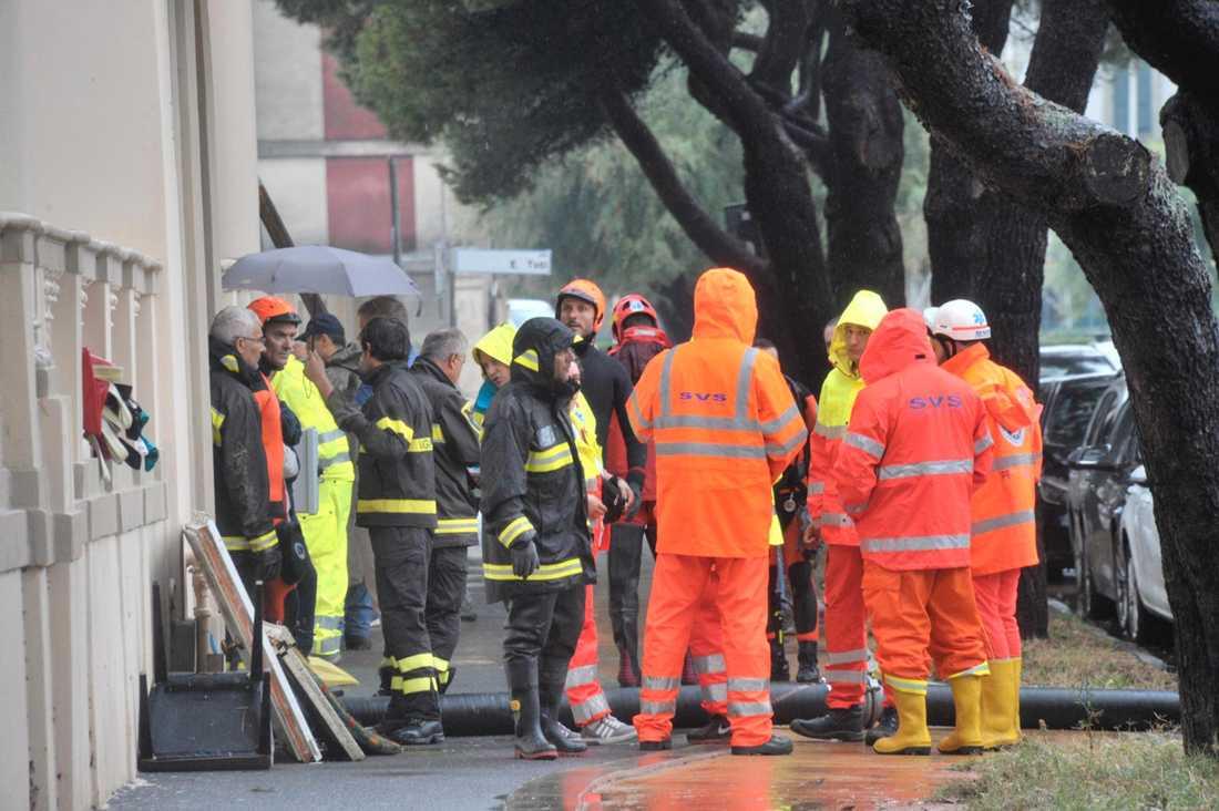 Ett stort räddningspådrag pågår i det värst drabbade området i Toscana. Minst sex personer uppges ha dött i översvämningarna.