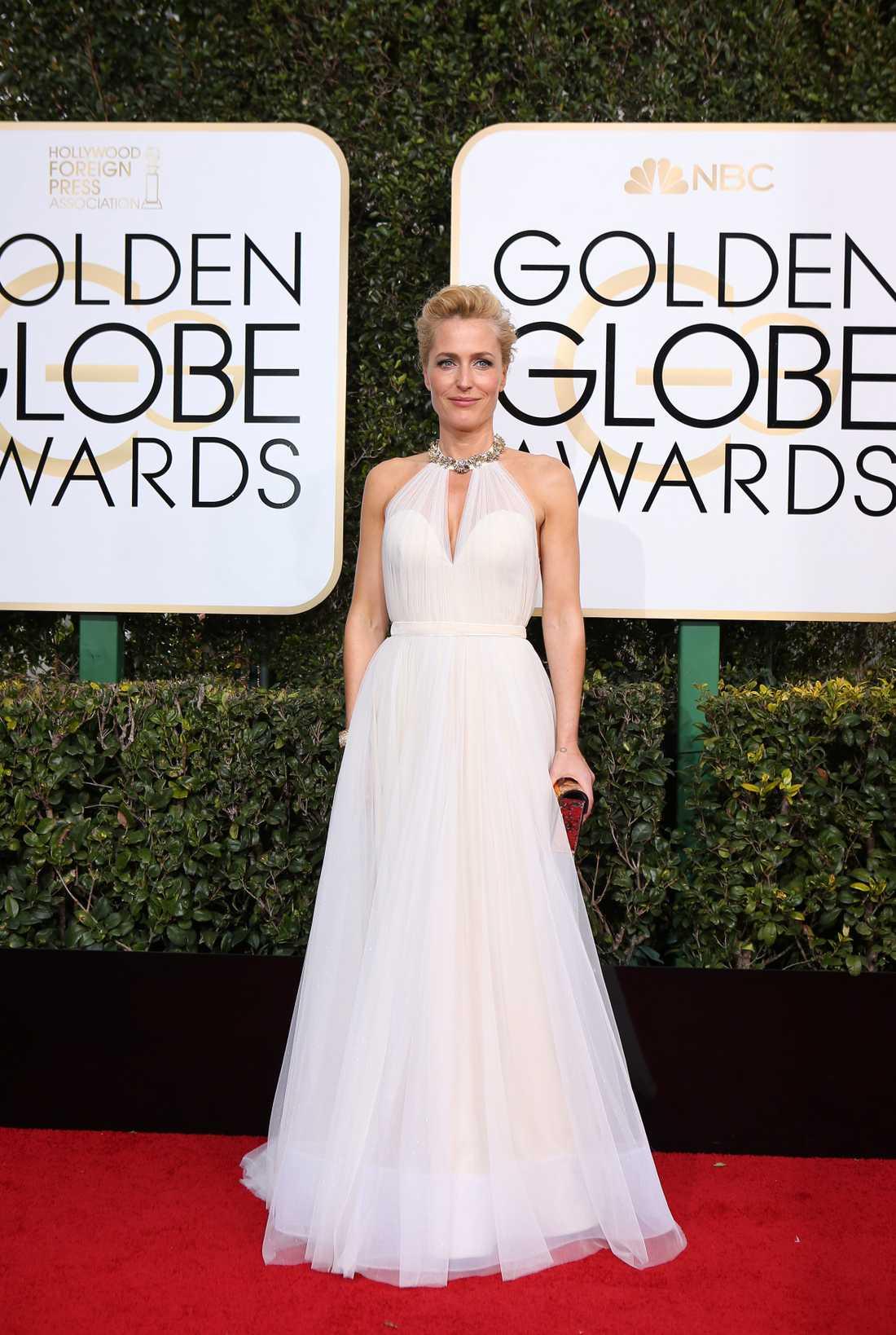 Gillian Anderson. Den här klänningen ser ut som exakt en sån klänning som man drömmer om sen barnsben att en gång få bära. Nej, jag menar inte brudklänning, utan bara en äkta, vacker sagoklänning. En klänning utan krusiduller och extravaganser, bara sådär Disney-fin liksom. Gillian verkar inte helt missnöjd heller.  4 plus