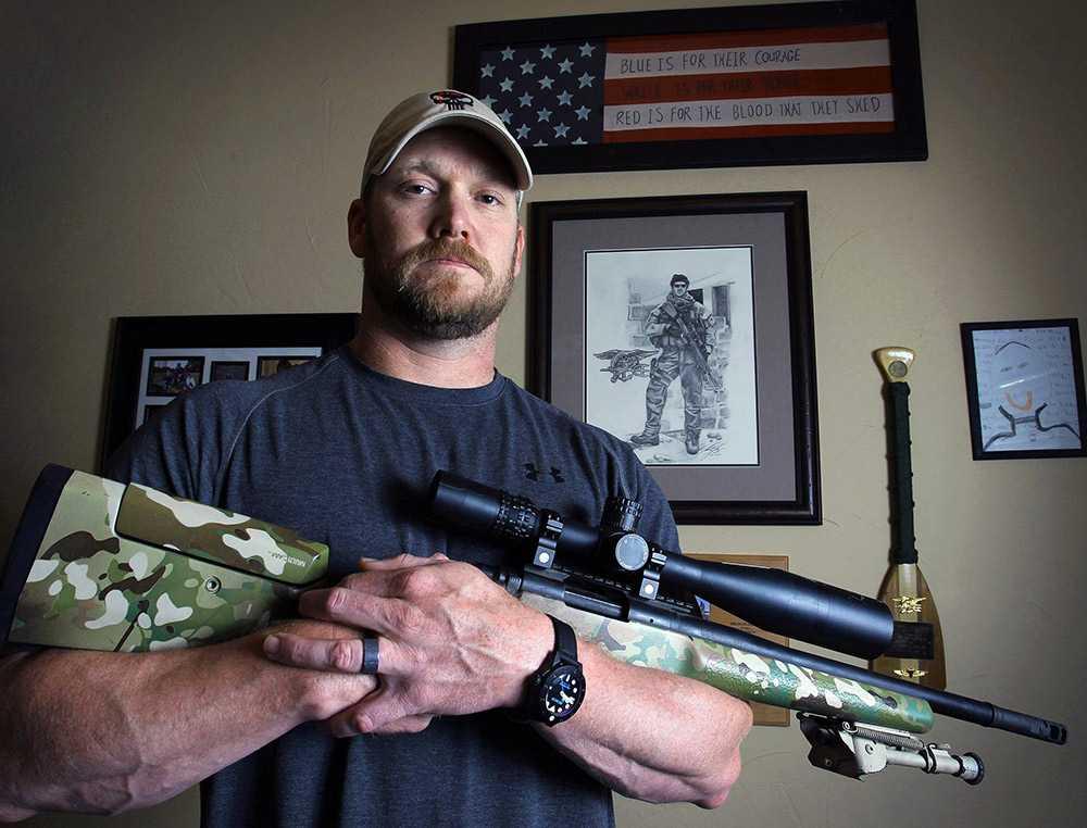 Chris Kyle poserar med sitt vapen.