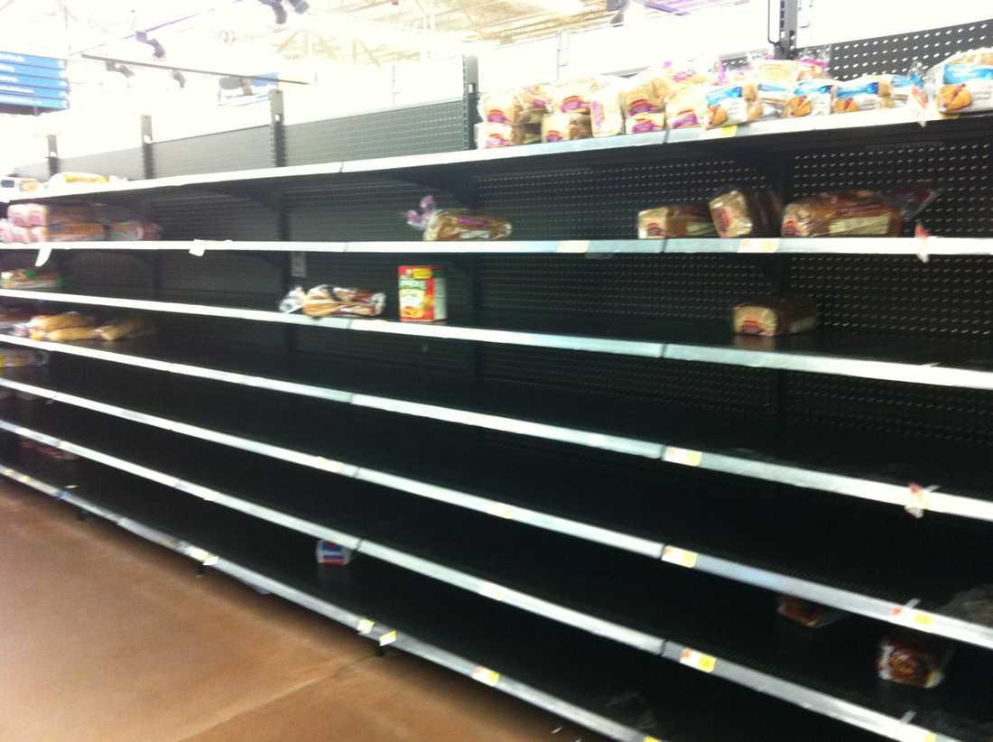 På Walmart är både bröd- och vattensektionerna näst intill tomma.