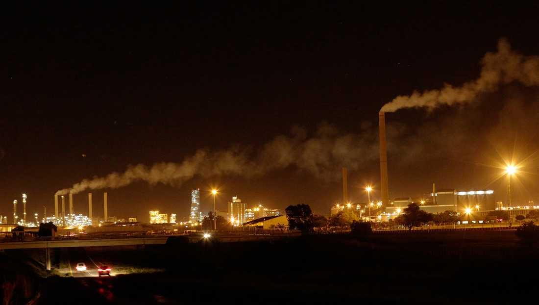 Svenska AP-fonder har investerat i Sasol i Sydafrika, som släpper ut mer växthusgaser än hela Sverige.