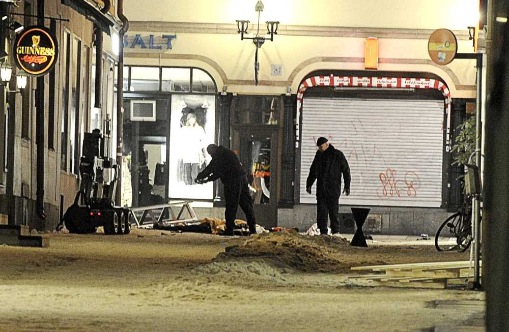 Bombtekniker på plats Polisens bombtekniker undersöker kroppen och platsen runt omkring. Ett flertal sprängladdningar som mannen bar på sig detonerade aldrig.