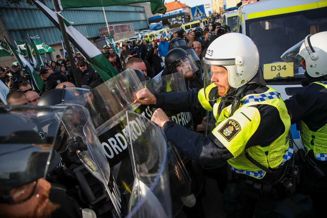 Demonstranter från Nordiska motståndsrörelsens (NMR) konfronteras av kravallpoliser vid demonstrationen i centrala Göteborg under bokmässan 2017. Arkivbild.