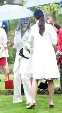 VILKET VÄDER, VICKAN Prinsessan Madeleine och kronprinsessan Victoria klafsar med klackarna i det våta gräset.