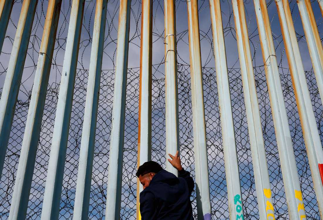 Enligt Politico vill Trump måla muren mot Mexiko i svart färg.