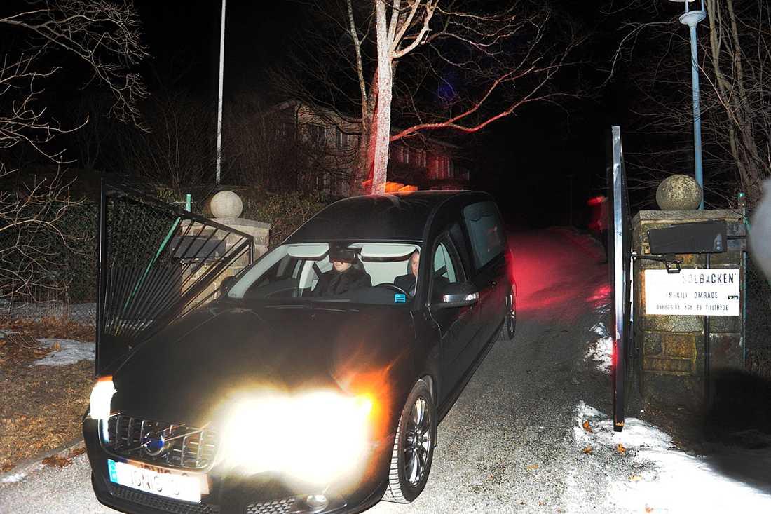 En begravningsbil lämnade Villa Solbacka i natt.