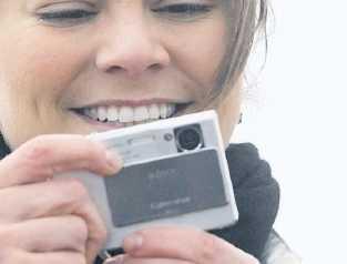 Kameran Victoria reser ingenstans utan sin Sony Cybershot. Precis som sin pappa och lillebror vill hon dokumentera allt hon är med om. Om hon inte kan ta bilder själv låter hon en adjutant eller hovmarskalk ta bilder.