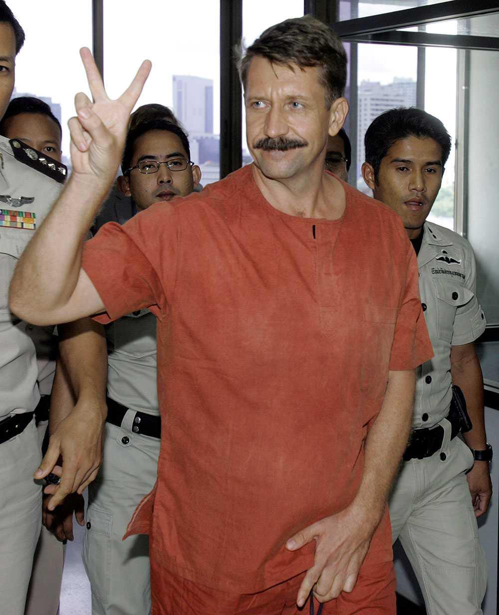 En segerviss Viktor Bout under tiden i thailändskt fängelse. Han dömdes senare till 25 års fängelse i USA.