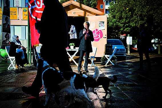 LO:s ordförande Wanja Lundby-Wedin värvar röster i Tensta.