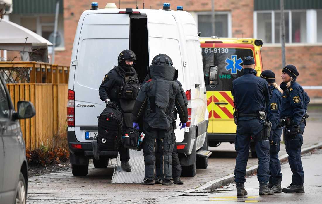 Nationella bombskyddet i skyddsdräkter vid undersökningen av ett misstänkt farligt föremål i ett underjordiskt garage i Malmö i december.
