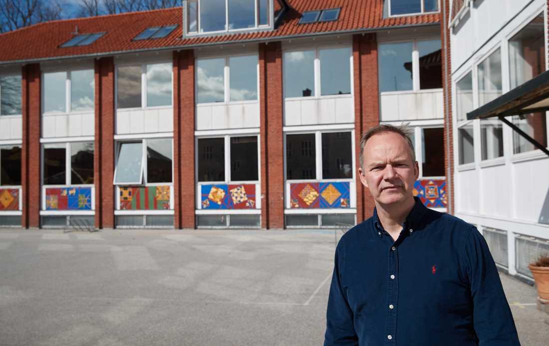 Än så länge är skolgården öde, men rektor Claus Dyremose och övrig personal på Dragør Skole förbereder sig inför öppnandet.