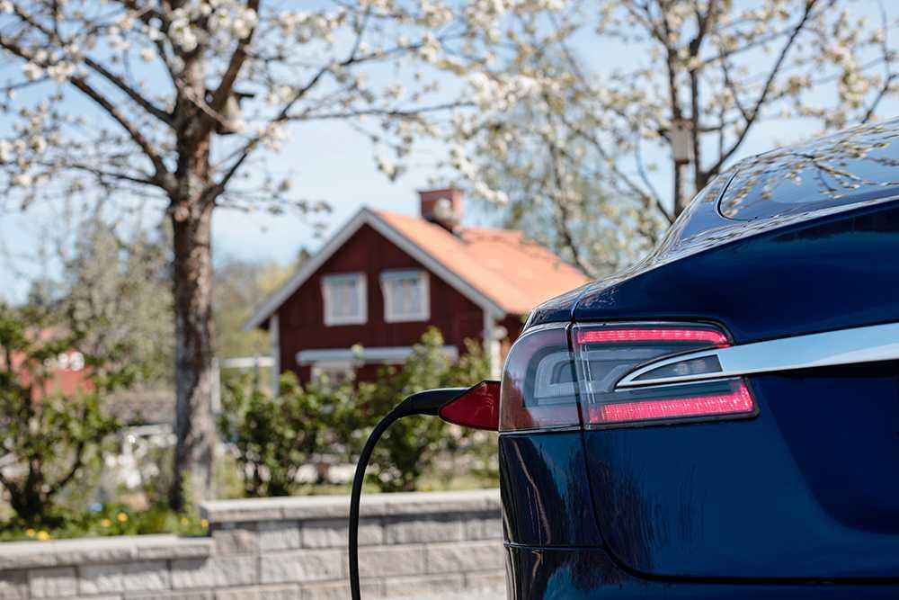 Att ladda bilen hemma kan vara farligt ur både brand- och försäkringssynpunkt.