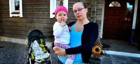 """""""Jag bara skrek"""" Ewa, 35, var ute med sin dotter Ronja och hunden Tajson när de mötte två vargar. Den ena vargen bet ihjäl Tajson och den andra var på väg mot barnvagnen när Ewa lyckades skrämma den genom att skrika."""