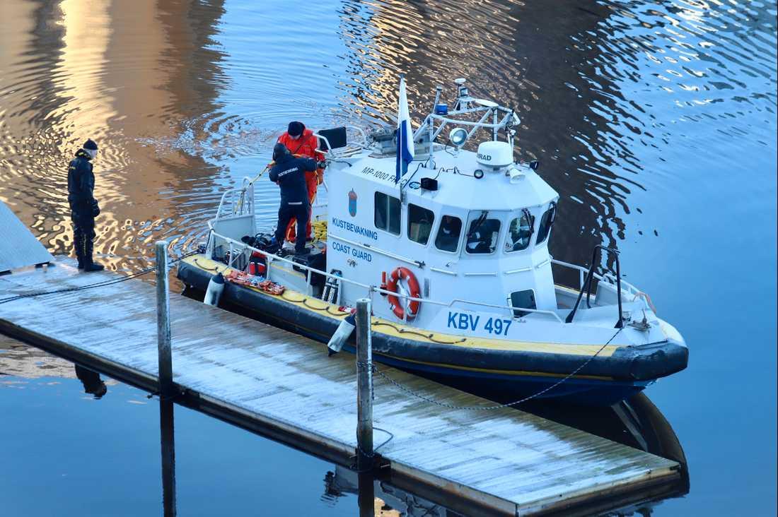 Kustbevakningen söker i Bäveån i Uddevalla.