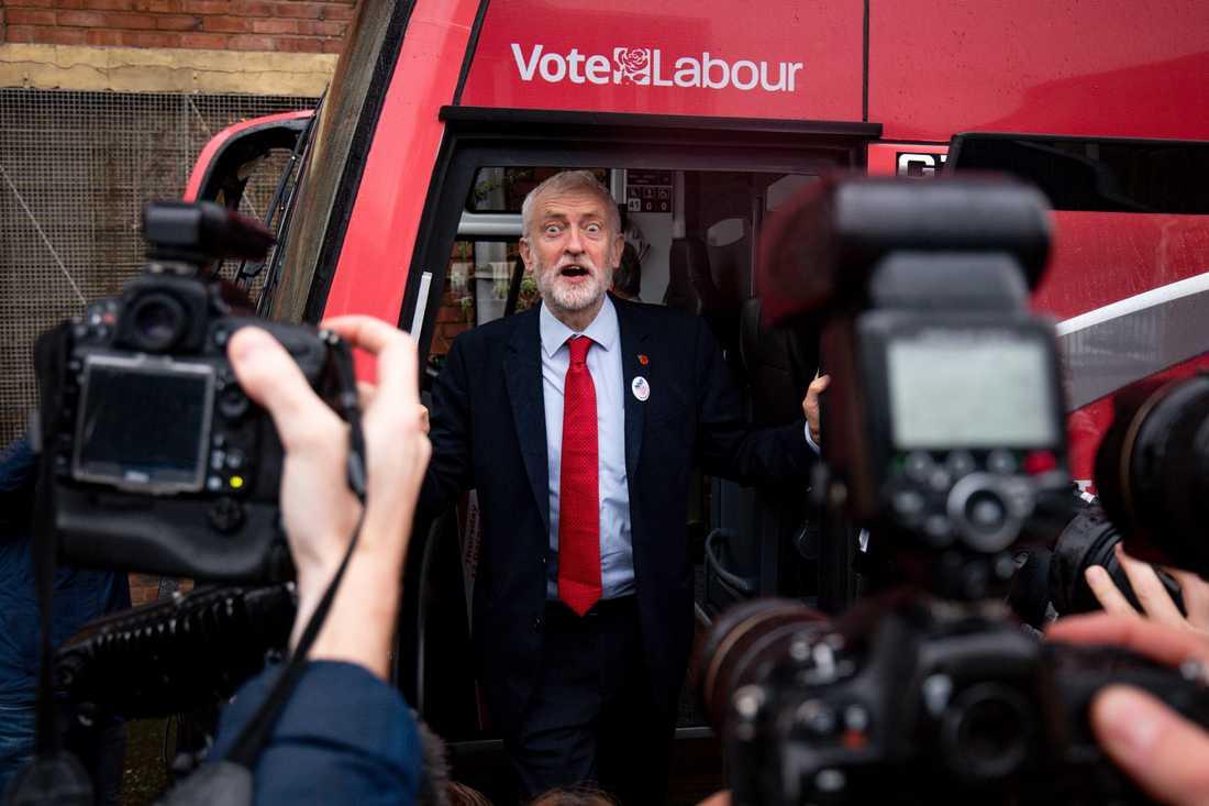Den brittiske oppositionsledaren och Labourledaren Jeremy Corbyn i partiets kampanjbuss.