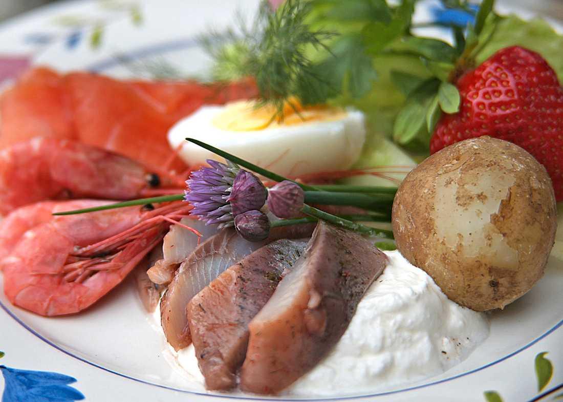 Klassisk midsommarmat är matjessill, gravad lax, räkor och hårdkokt ägg serverat med nykokt färskpotatis.