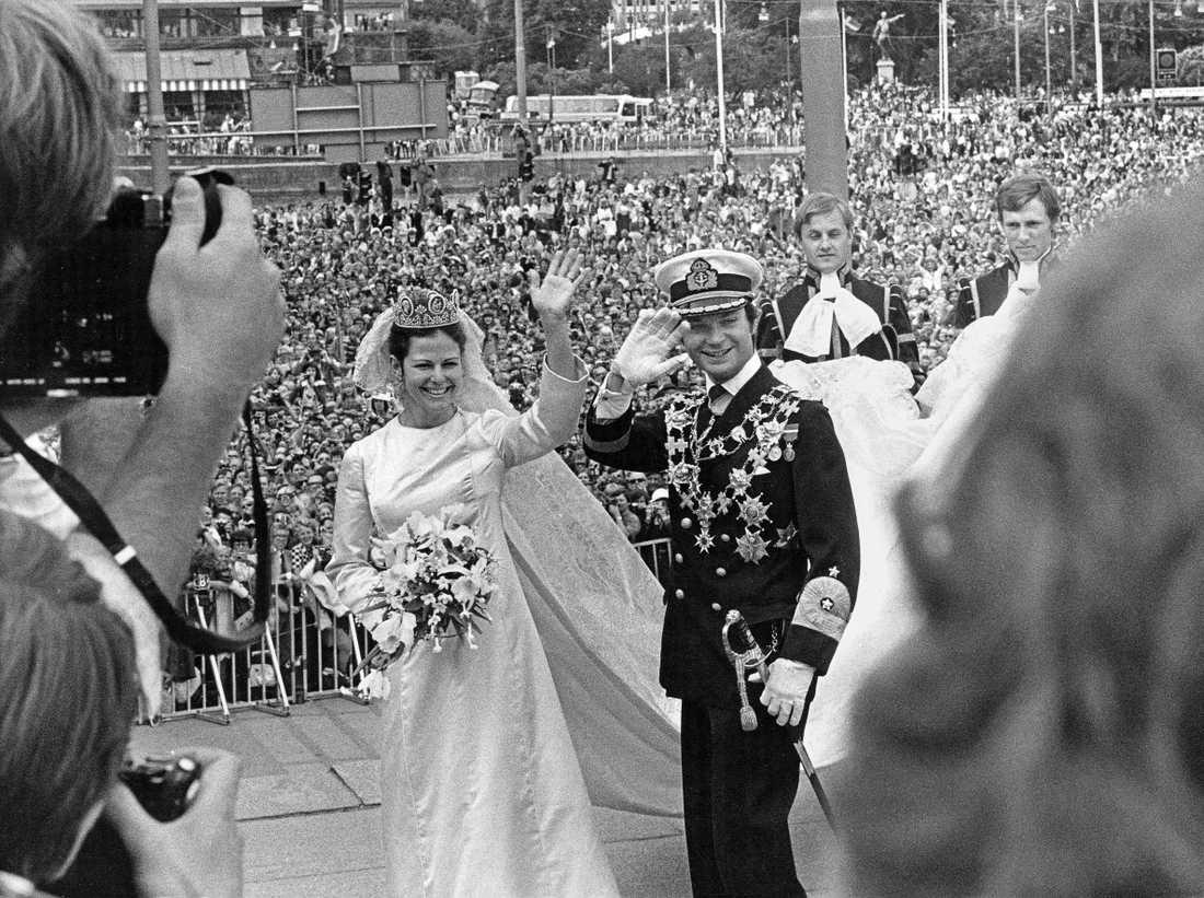 Bröllopsdagen bjöd på perfekt väder och redan tidigt hade tusentals människor sökt sig till Gamla Stan och kortegevägen, det var festligt och alla gladdes åt paret som  nu äntligen skulle få varandra. I dag firar kungapret plåtbröllop.