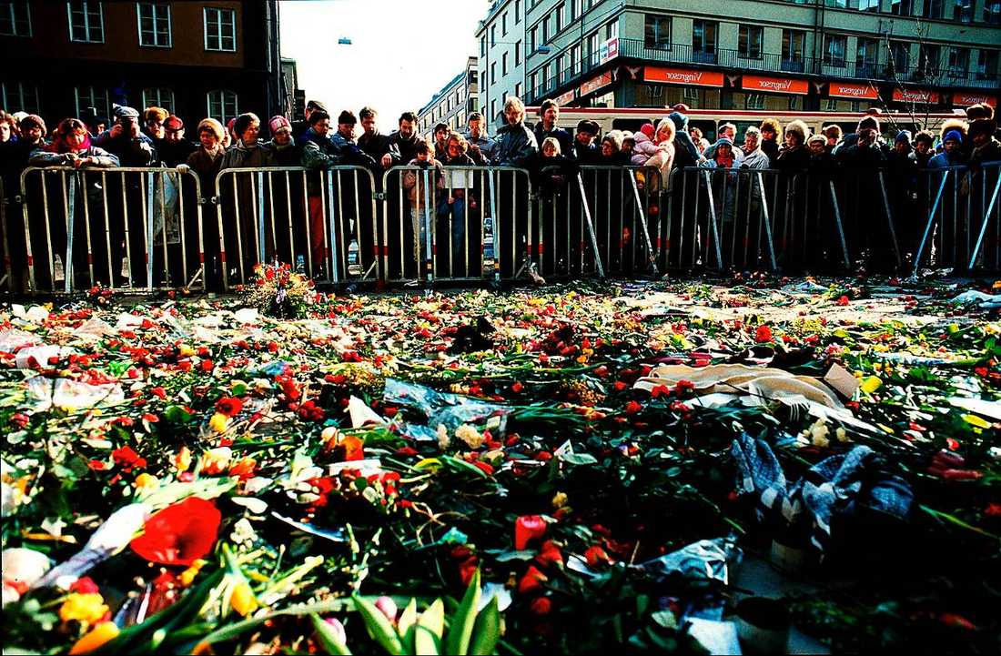 Tusentals samlades vid Sveavägen efter mordet.