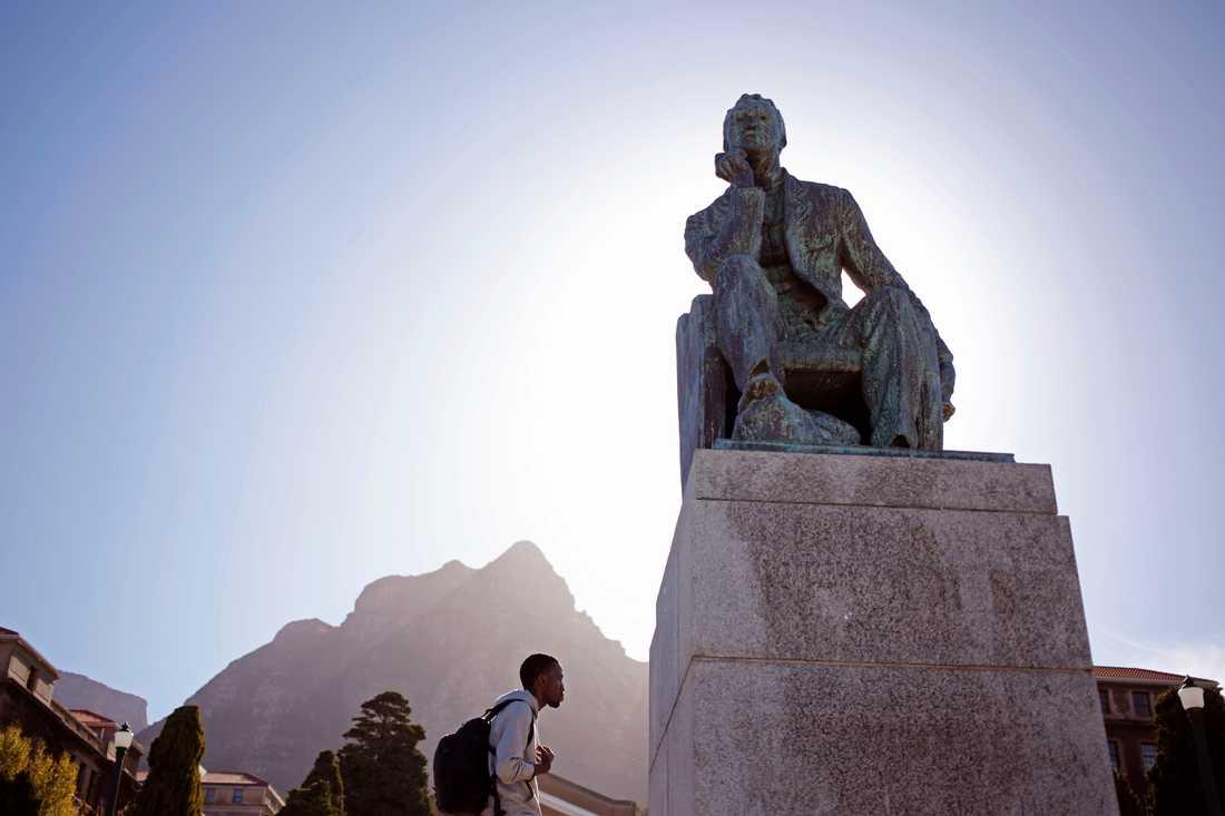 En staty av Cecil Rhodes vid universitetet i Kapstaden.