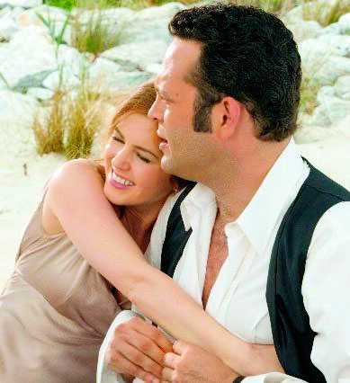 """Isla kopplar ett grepp på Vince Vaughn i filmen """"Wedding crashers""""."""