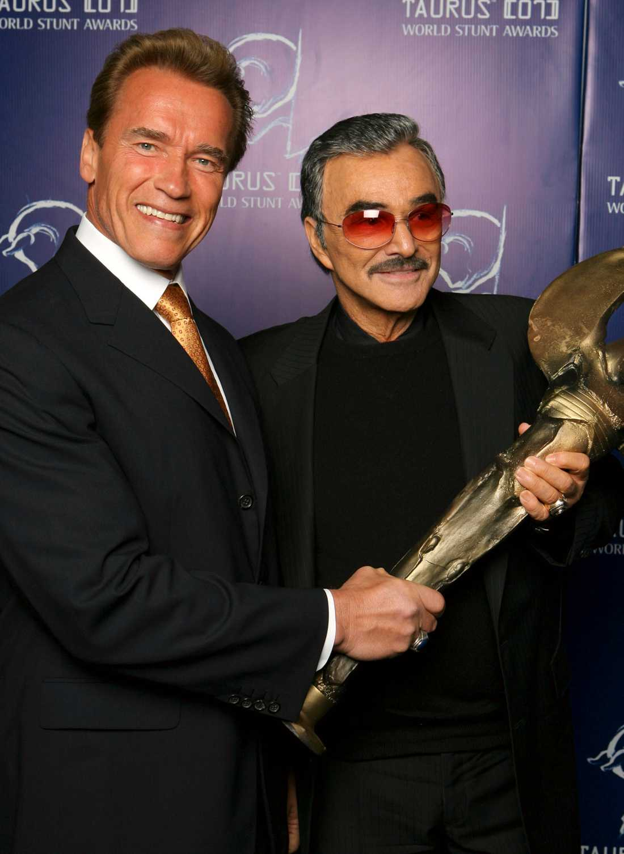 Arnold Schwarzenegge (t v) delar ut priset Lifetime Achievement Award till Burt Reynolds på Taurus World Stunt Awards 2007.
