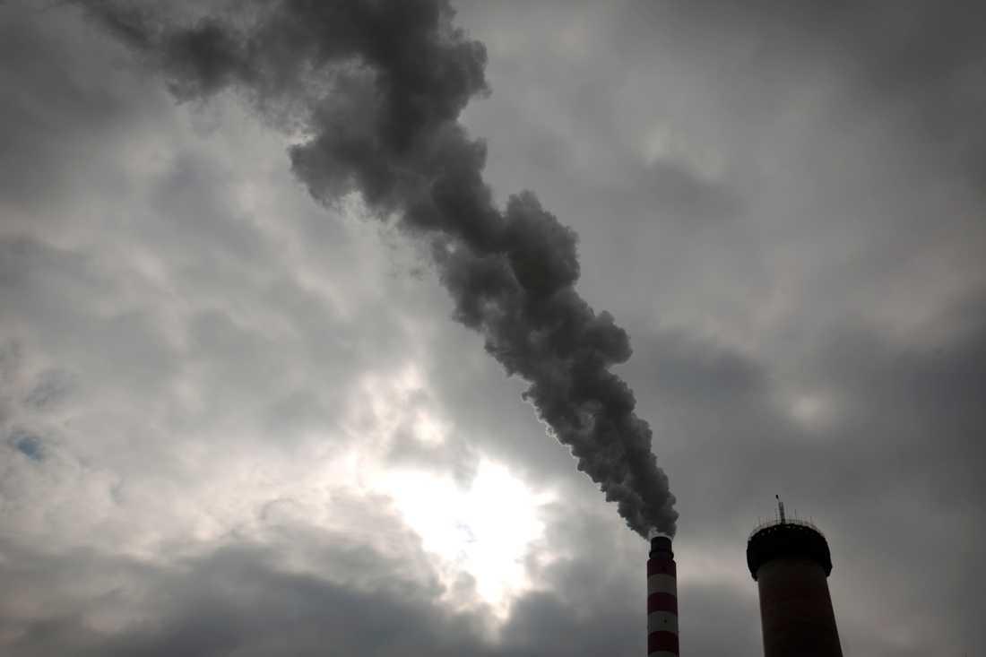 Röken stiger från ett kolkraftverk i norra Kina. Kolet utgör det största hotet mot jordens klimat.