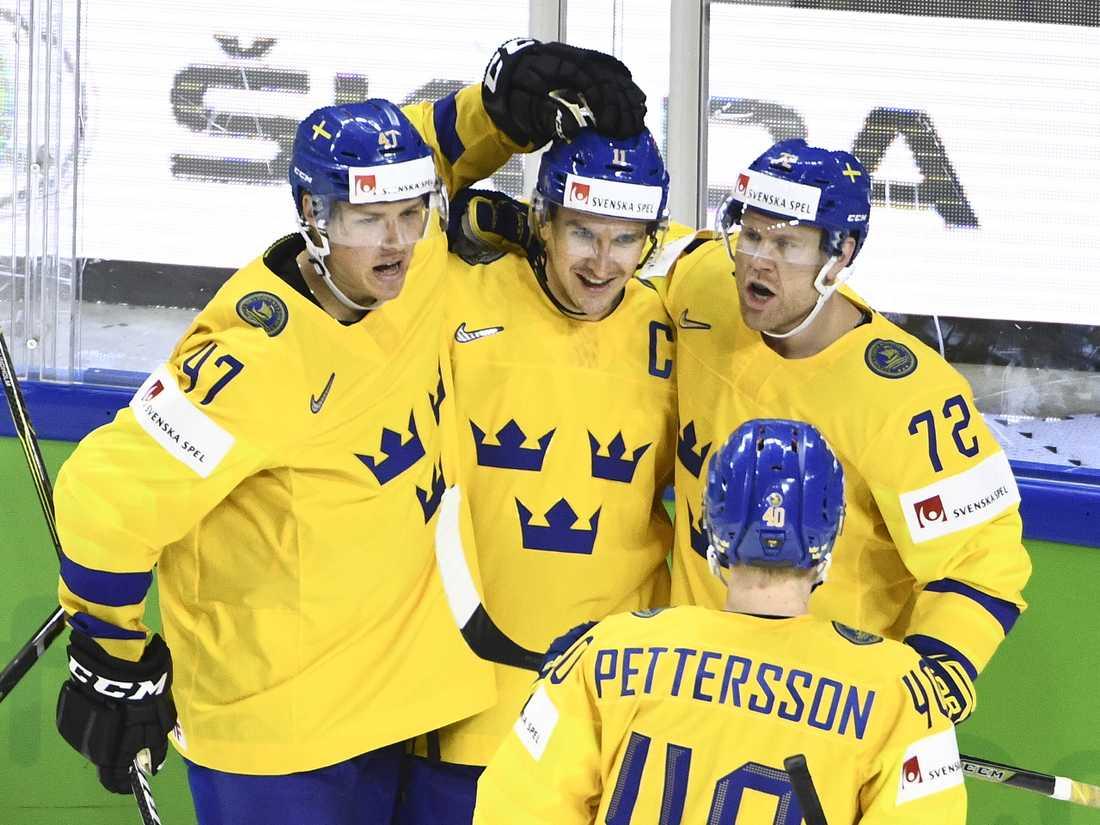 Patric Hörnqvist, nummer 72, jublar med sina medspelare i Tre Kronor.