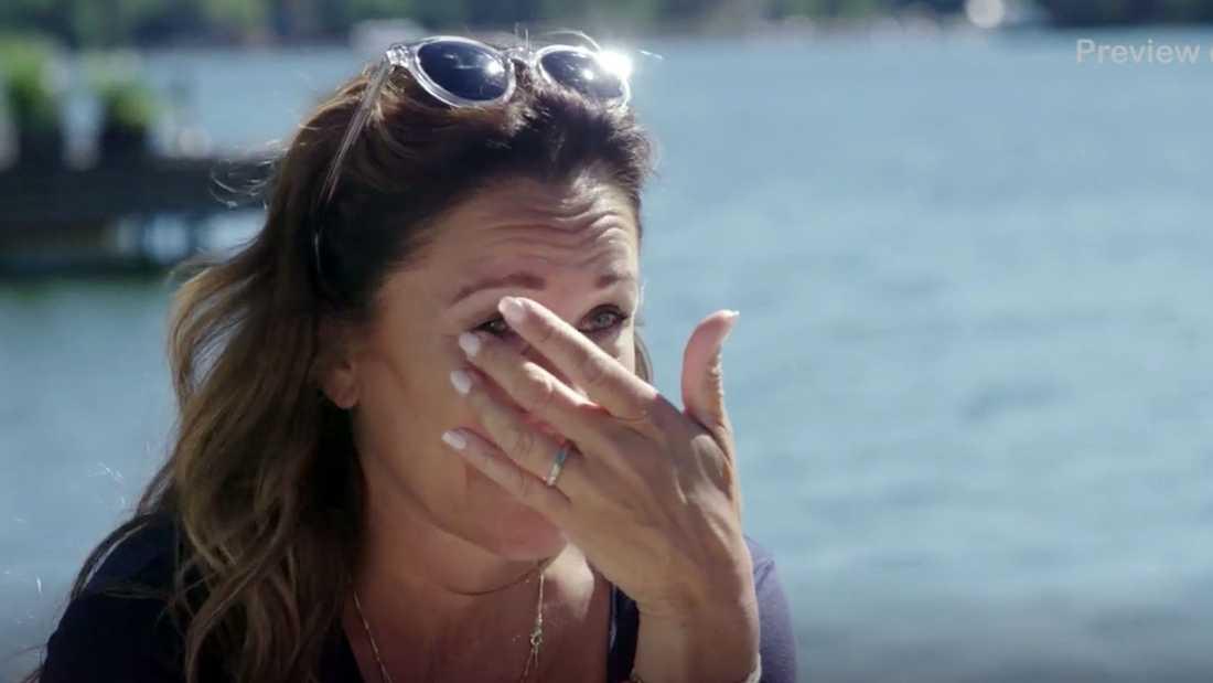 Renée Nyberg blir rörd till tårar av Kristin Kaspersens berättelse.