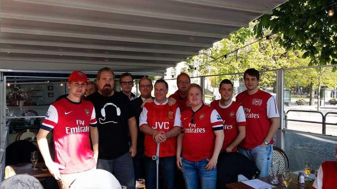 Ulf Nilsson i mitten av bilden omgiven av andra Arsenalfans.
