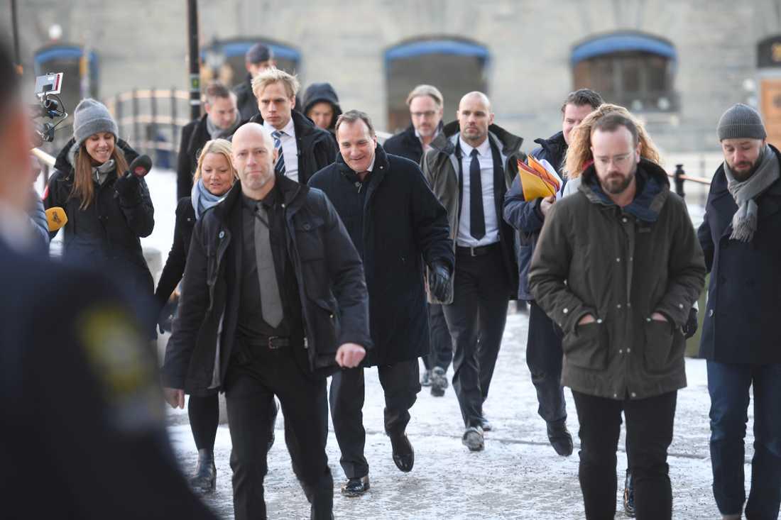 Stefan Löfven (S) på väg till mötet med talmannen.
