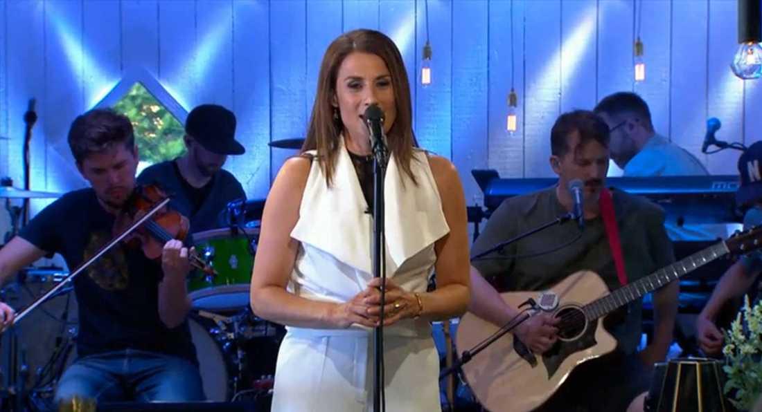"""Jill Johnson sjunger """"Himlen är oskyldigt blå""""."""