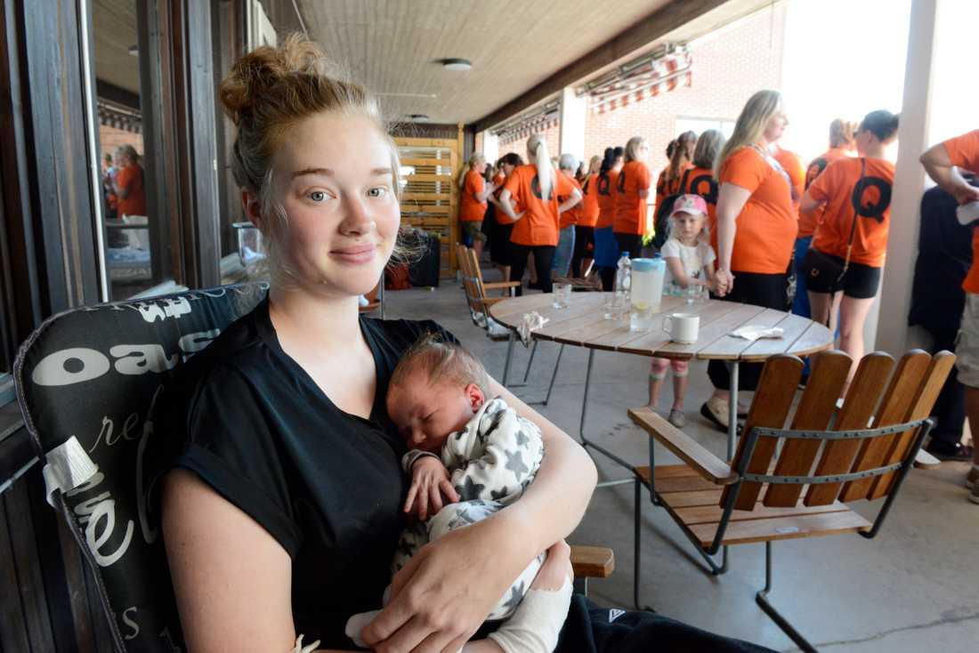 Lina Karlsson med sonen Abbe som föddes på BB i Karlskoga för två dagar sedan.