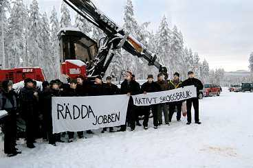 Skogsarbetare protesterar mot ockupationen.
