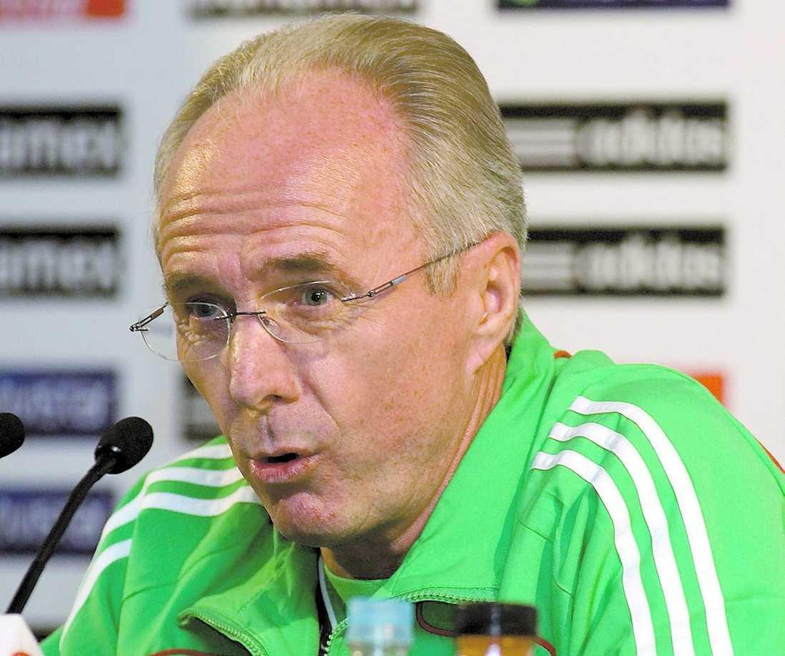 I början av april 2009 fick Svennis sparken från Mexiko efter flera svaga resultat.