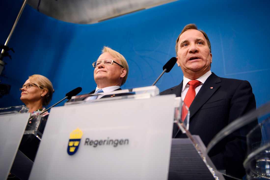 Statsminister Stefan Löfven (S) fick ombilda sin regering när it-skandalen i Transportstyrelsen briserade. Anders Ygeman och Anna Johansson lämnade sina ministerposter, men försvarsminister Peter Hultqvist (S) blev kvar, trots hot om misstroendeomröstning. Arkivbild.