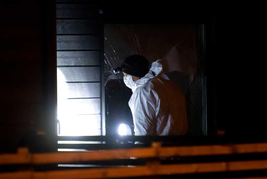 Kriminaltekniker tittar på skadorna efter smällen i Helsingborg.