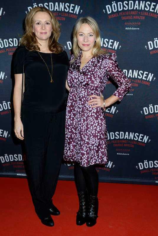 Frida Hallgren (till höger) hade vännen och skådespelarkollegan Mirja Turestedt vid sin sida.- Jag längtar efter att få dansa med min man, säger Frida och gick vidare in i vimlet.