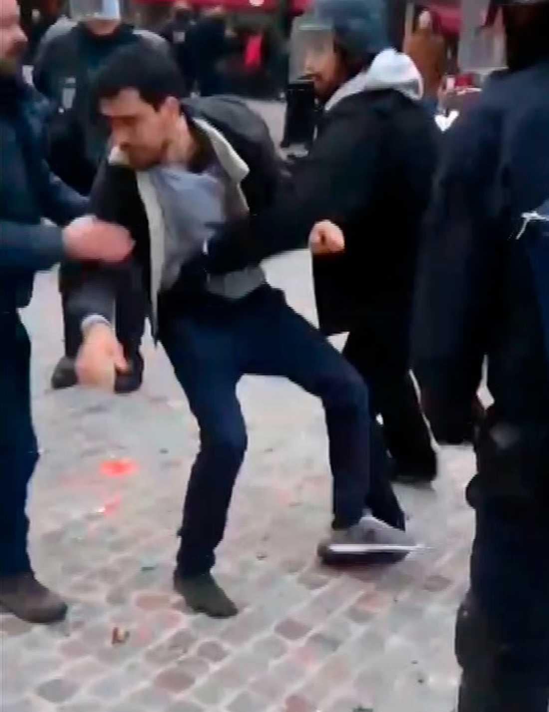 På videon syns hur Alexandre Benalla går till våldsam attack mot en ung man som deltar i demonstrationerna.