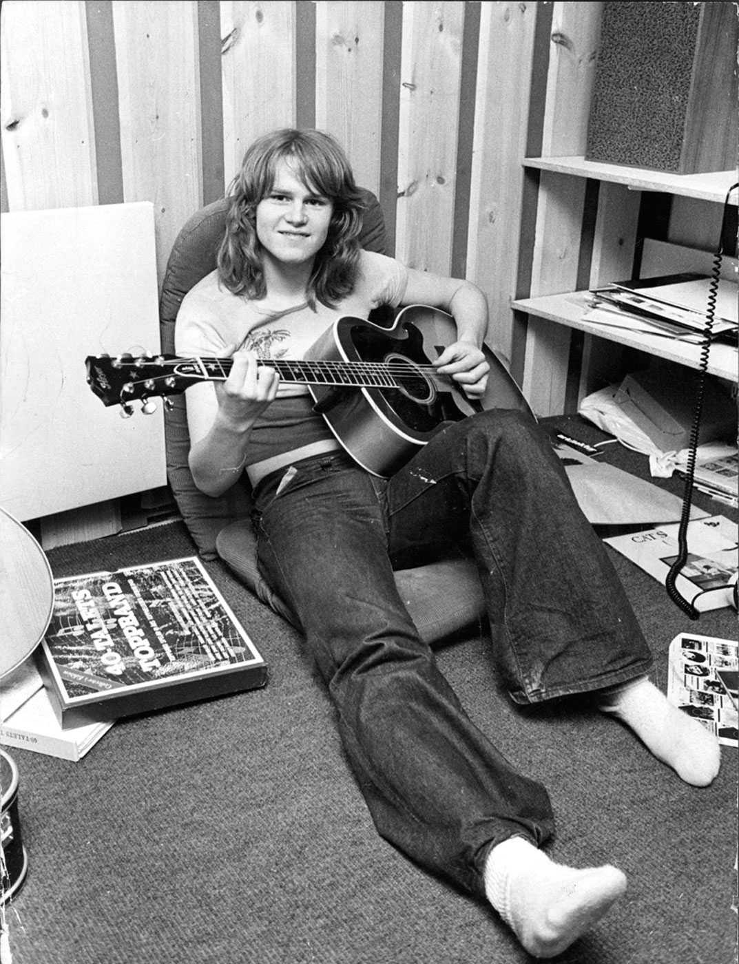 """SLOG IGENOM MED DUNDER OCH BRAK Ted Gärdestad tog hela Sverige med storm när han gjorde succé i början av 70-talet med låtar som """"Jag vill ha en egen måne"""" och """"Sol, vind och vatten"""". """"Jag var med från början till slutet av hans musikaliska karriär. Från början var Ted en glad liööe och vi blev jättebra kompisar"""", säger musikern Janne Schaffer."""