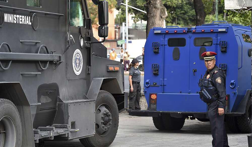 Över 30 poliser sitter häktade, misstänkta för inblandning i de 43 studenternas försvninnande. I torsdags greps även ledaren för den ökända knarkligan Guerreros Unidos.
