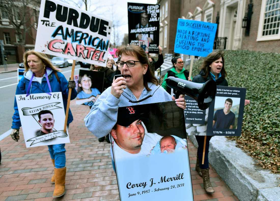 Opioidkrisen väcker starka känslor i USA. Här protesterar anhöriga till personer som gått bort i överdoser i Massachusetts.
